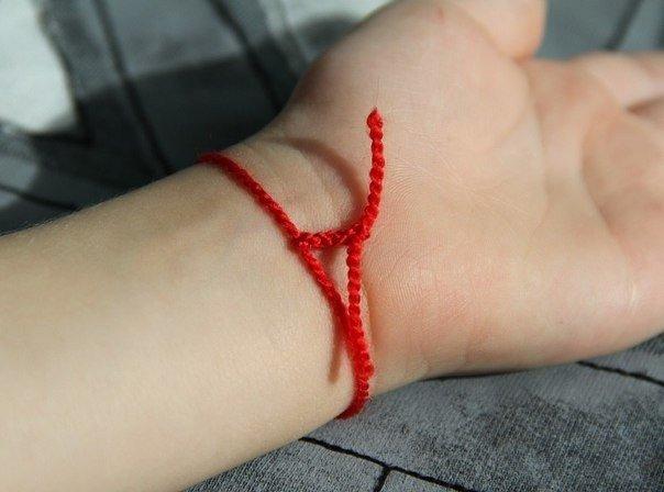 Красная нитка от сглаза на запястье